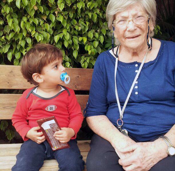 סבתא שומורונה עם אורי על ספסל